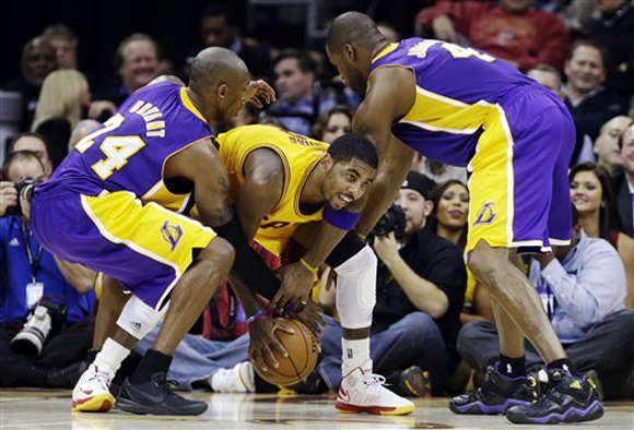 Kobe-Bryant-wears-Nike-Kobe-8-'Blackout'-1
