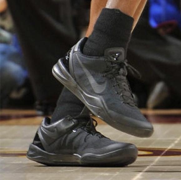 Kobe-Bryant-wears-Nike-Kobe-8-'Blackout