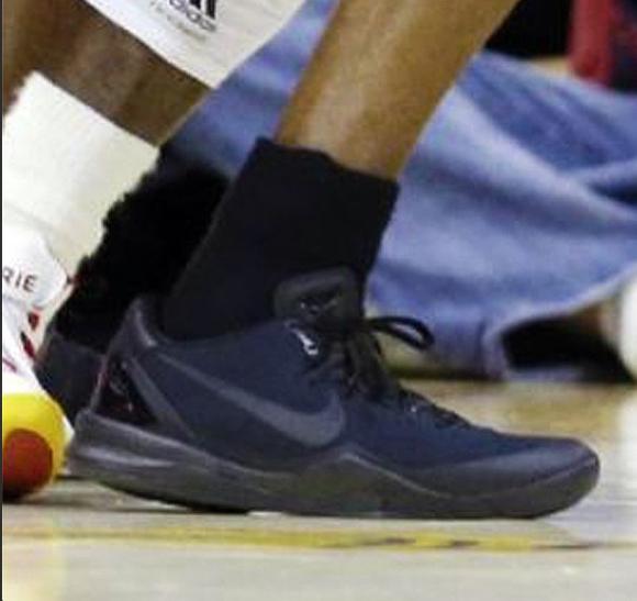 Kobe-Bryant-wears-Nike-Kobe-8-'Blackout'-4