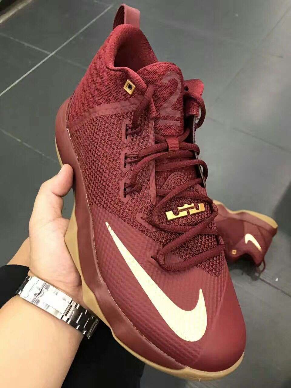 Nike Lebron Ambassador 9 - Angle