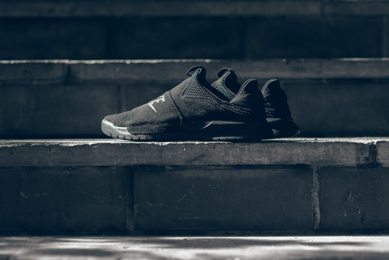 Nike_Benassi_SLP_Black_Black_Black_Triple_Black_882410_003_sneaker_politics_2